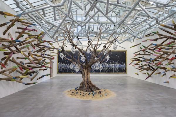 """Vue de l'exposition « Gri-Gri », VNH Gallery, Paris, 2015. """"Lianes métalliques"""", """"Fresque de Charbon"""", """"Arbre de vie"""" et """"Douces épines"""" Photo : Claire Dorn Courtesy VNH Gallery ADAGP, Paris, 2015"""