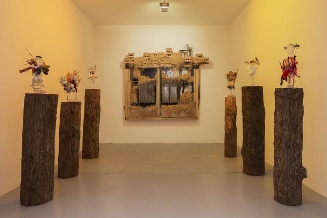 """Vue de l'exposition """"Gri-Gri"""", VNH Gallery, Paris, 2015. « Poupées Pascale » et le « Balcon des dieux » Photo : Claire Dorn Courtesy VNH Gallery ADAGP, Paris, 2015"""